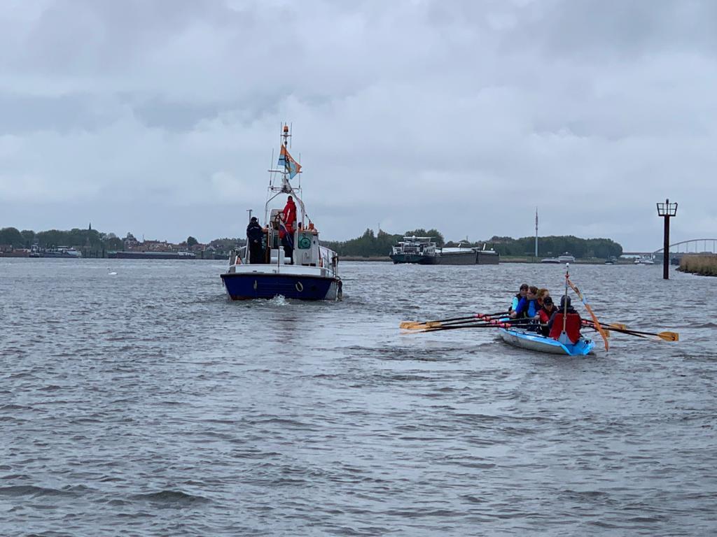Onder begeleiding van Reddingsboot Tjerk Hiddes